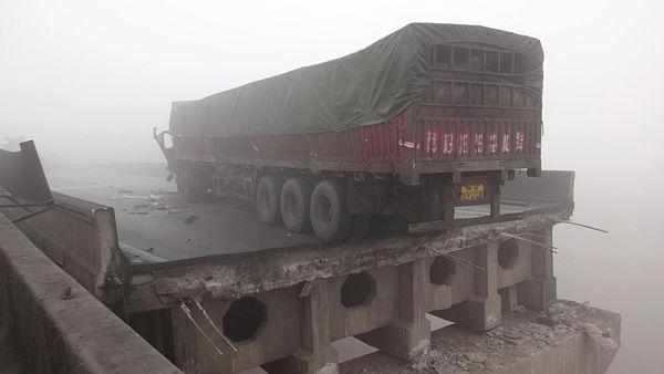 Nákladní auto na okraji zříceného mostu